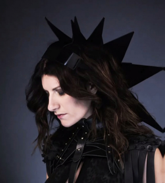 laura_pausini_wearing_AND_i_head_piece_650-2